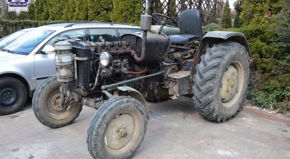 Nietrzeźwy traktorzysta zasnął na kierownicy