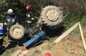 Traktor wywrócił się przygniatając kierowcę, zdjęcia: OSP Trzebunia