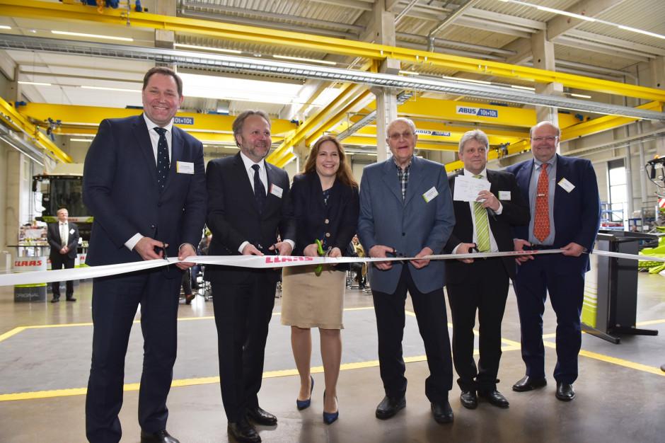 Wstęga otwarcia została przecięta przez: (od lewej) Jan-Hendrik Mohr, Dr. Patrick Claas, Cathrina Claas-Mühlhäuser, Reinhold Claas, Oliver Westphal i Volker Claas