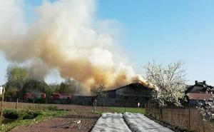 Budynek inwentarski pod Sieradzem stanął w ogniu w Wielkanoc   Foto: OSP Warta
