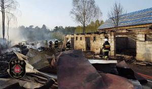 W pożarze spłonęło 17 rożnych budynków w 4 gospodarstwach, fot. OSP Prostyń
