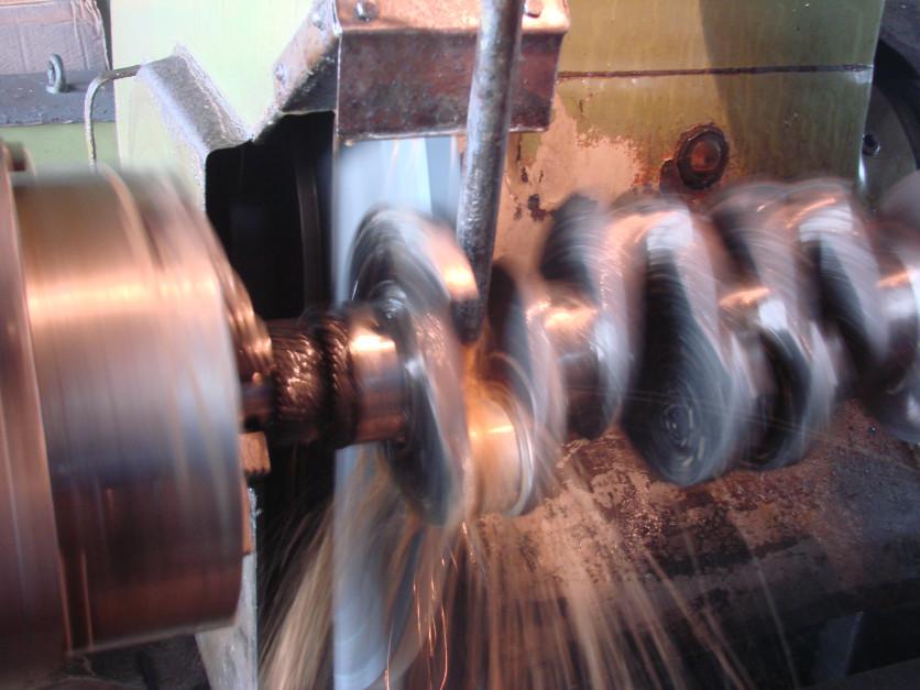 Przez proces szlifowania odzyskuje się gładkość powierzchni ślizgowej czopów wału korbowego kosztem jej średnicy. Dlatego kolejnym krokiem jest dobranie panewek o odpowiedniej wielkości