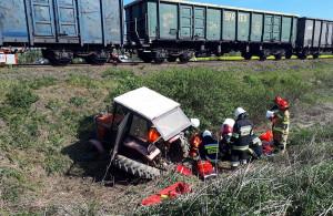 Po zderzeniu z pociągiem traktor dosłownie rozpadł się na kawałki, zdjęcia: OSP Racławice Śląskie