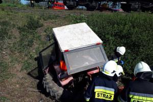 Traktorzystę wydobyli z wraku strażacy
