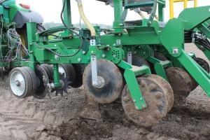 Agregat uprawia glebę metodą pasową i zostawia roślinom nawóz