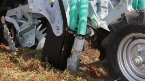 Konstrukcja przystawki rozlewającej umożliwia odkładanie gnojowicy na dwóch poziomach głębokości