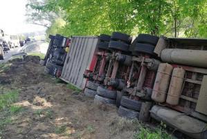 Ciężarówka zjechała z drogi i wywróciła się na bok Foto: PSP Sieradz