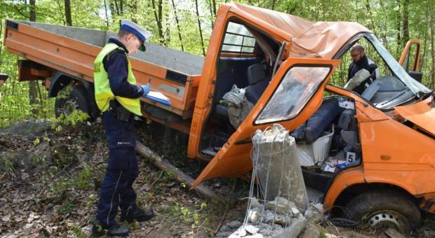 Tragedia w lesie - kierowca wjechał w słup. Zginął pasażer