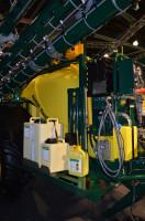 Opryskiwacze Danfoil można wyposażyć w system MultiDose. W zbiorniku głównym znajduje się wówczas czysta woda, a wszystkie środki ochrony roślin są dozowane za pomocą pomp bezpośrednio ze specjalnych zbiorników do atomizerów
