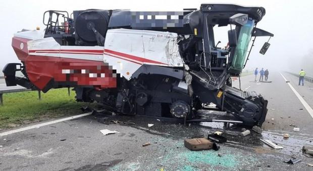 Zderzenie ciężarówek - z naczepy tira spadł kombajn