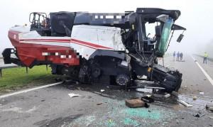 Kombajn spadł z naczepy na jezdnię   Foto: KP PSP Rawicz/ Rawicz24.pl