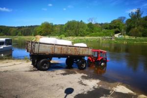 Za pomocą liny i innego ciągnika zatopione pojazdy wyciągnięto z wody