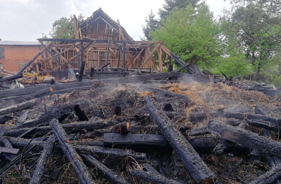 Przyczyną pożaru stodoły było uderzenie pioruna, zdjęcia: OSP Złocieniec