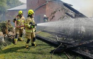 Strażakom udało się zapobiec rozprzestrzenieniu pożaru na sąsiednie zabudowania