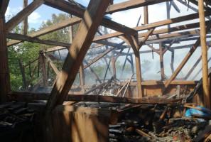 Niestety, budynek spłonął niemal doszczętnie wraz z sianem i sprzętem rolniczym