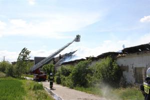 Ogień błyskawicznie strawił dach budynku   Foto: PSP Leszno