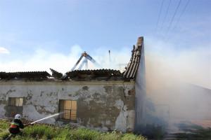 Strażacy podali kilka prądów wody z poziomu gruntu oraz w wysięgników