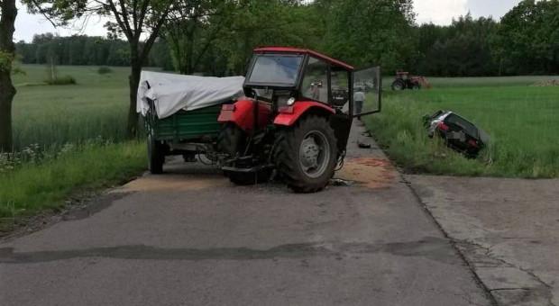 Ciągnik rozpadł się na dwie części po zderzeniu z bmw