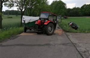 Traktor rozpadł się po zderzeniu z autem, zdjęcia: Policja