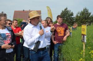 Artur Kozera z firmy Rapool omawiał odmiany rzepaku prezentowane na polach stacji hodowlanej NPZ Lembke w Pępowie (Wielkopolska); Fot. Katarzyna Szulc