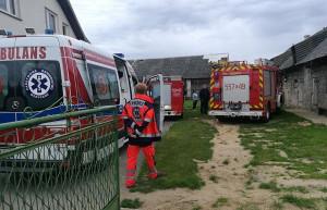 Wypadek miał miejsce w jednym z gospodarstw we wsi Łaszew Rządowy pod Wieluniem, zdjęcia: OSP Mierzyce