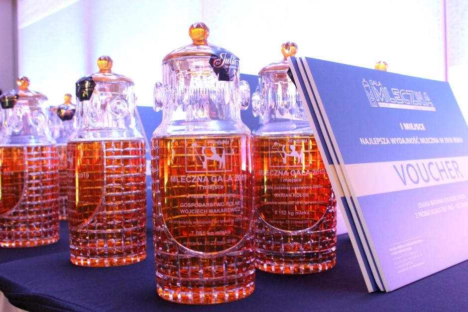 Nagrodzeni hodowcy otrzymywali kryształowe kanki oraz vouchery na usługi PFHBiPM, fot. Ł.Ch.