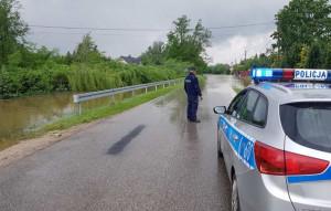 W woj. świętokrzyskim wiele odcinków lokalnych dróg stało się nieprzejezdnych, fot. KWP Kielce