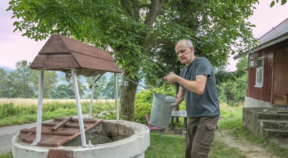 Przez suszę rolniczą zaczyna brakować wody w studniach