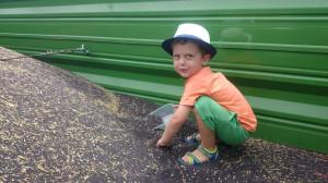 Lato i żniwa to ulubiona pora roku chłopców, bo dużo się dzieje w tym czasie w gospodarstwie, fot.tk