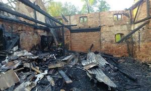 Budynek, w którym mieszkały cztery rodziny spłonął doszczętnie