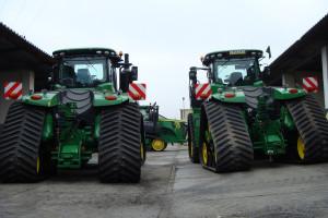 KR Kietrz stawia w uprawie na maszyny gąsienicowe, bo jak przyznaje Marek Oblicki, dyrektor ds. produkcji roślinnej, ciągniki o takiej konstrukcji gwarantują lepsze wykorzystanie mocy, mniejsze ugniatanie gleby i bezpieczniejsze poruszanie się po drogach publicznych