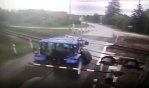 Traktorzysta utknął po opuszczeniu zapory, która znalazła się między ciągnikiem a przyczepką (kadr z nagrania wideo)