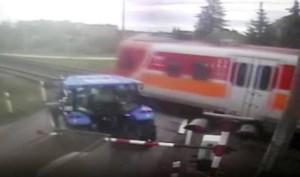 Niewiele brakowało, by pociąg uderzył w ciągnik za szlabanem (kadr z nagrania wideo)