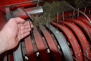 Luzy na listwach podbieracza mogą świadczyć o uszkodzeniu łożysk bądź toru krzywkowego