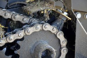 Większość pras wyposażona jest w system centralnego smarowania łańcuchów. Warto pamiętać, żeby stosować do nich oleje zalecane przez producenta prasy; w większości przypadków będą to oleje klasy SAE 85W-140