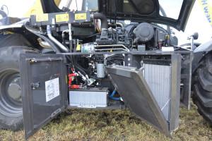 Po otwarciu komory silnika uzyskuje się bardzo dobry dostęp do filtrów i chłodnic ładowarek, fot. mw