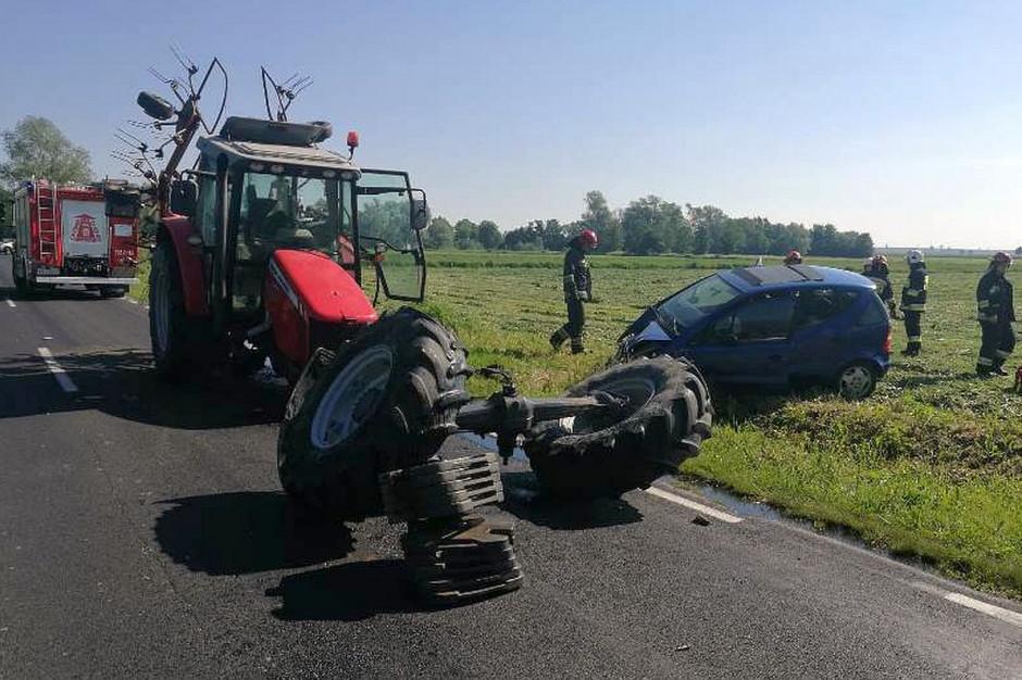 W wyniku zderzenia ciągnik rozpadł się na części  Foto: KP PSP Ciechanów