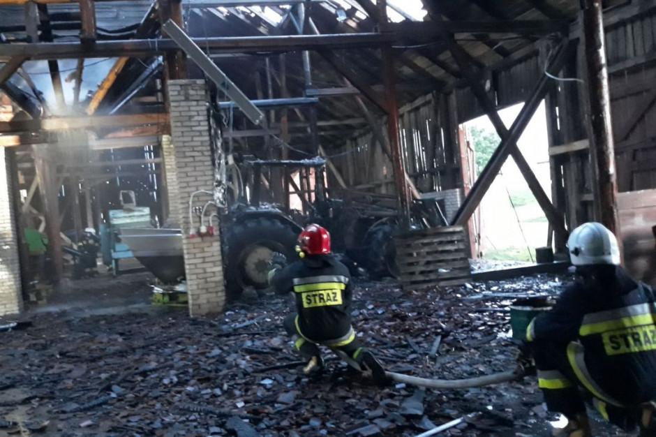 W Mażuciach w stodole spłonął traktor, zdjęcia: KP PSP Gołdap