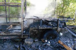 Wóz pasieczny  spłonął doszczętnie, zdjęcia: PSP Braniewo