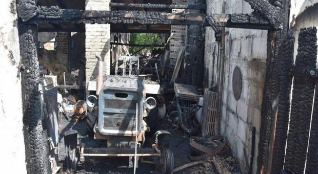 Pożar ogarnął trzy posesje - płonęły auta, ciągnik i kury
