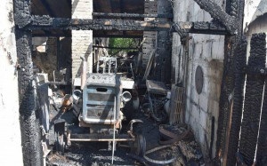 Strażakom wyprowadzili z budynku nadpalony ciągnik Foto: Policja