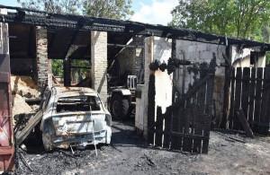 W garażu spłonęło jedno auto, dwa pozostałe udało się wyprowadzić z pożaru Foto: Policja