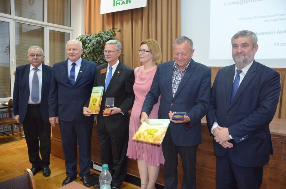 Podczas spotkania Jan Krzysztof Ardanowski wręczył medale i wyróżnienia osobom zasłużonym w upowszechnianiu wiedzy o produkcji zbóż w Polsce, fot. M. Tyszka