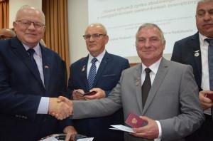 Gratulacje Wojciechowi Koniecznemu składa Stanisław Kacperczyk, prezes Polskiego Związku Producentów Roślin Zbożowych, na którego wniosek to odznaczenie zostało przyznane, fot. M. Tyszka