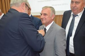 Jan Krzysztof Ardanowski, minister rolnictwa, wręcza wyróżnienie