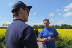 Margus Lepp (bez czapeczki) zarządzający produkcją i jeden z członków zarządu Voore Farm, fot. ArT