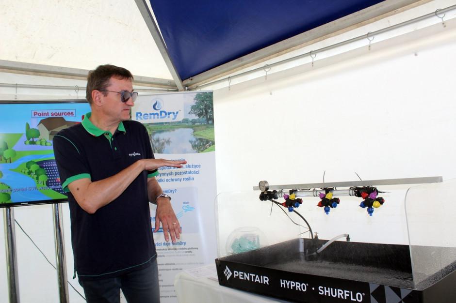 Dr Grzegorz Doruchowski podpowiadał jak prawidłowo dobrać rozpylacze w zależności od warunków pogodowych, rodzaju oprysku i uprawianej rośliny Fot. A. Kobus