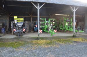 To główne maszyny uprawowe wykorzystywane w 500-hektarowym gospodarstwie. Znajduje się tu: brona łopatkowa i strip-till z firmy Duro France wraz ze zbiornikiem przednim oraz siewnik Sky Maxi-drill i siewnik punktowy Monosem, fot. M. Wołosowicz