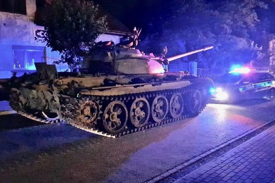 Patrol policji natknął się na czołg zaparkowany na ul. Mickiewicza w Pajęcznie  Foto: Policja