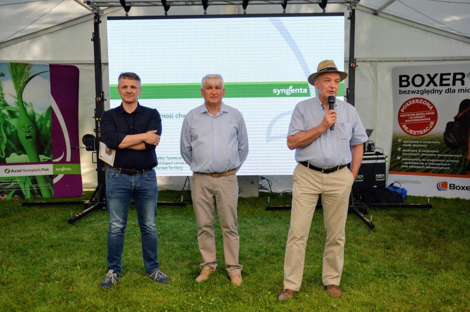 Od lewej : dyrektor regionalny na północną Polskę - Sławomir Fota, Henryk Waśniewski - właściciel gospodarstwa w Bajdytach oraz Marek Łuczak - prezes zarządu Syngenta Polska fot. HJ